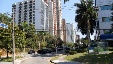Avenida Cauxí em Alphaville Barueri São Paulo. Foto de Júnior Holanda.