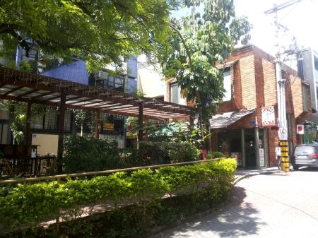 Predinho Esquina Frente Praça na Calçada das Violetas em Alphaville - Barueri - SP
