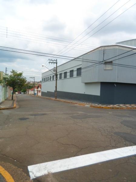 Galpão esquina para Locação Centro da Cidade de Araras - SP.